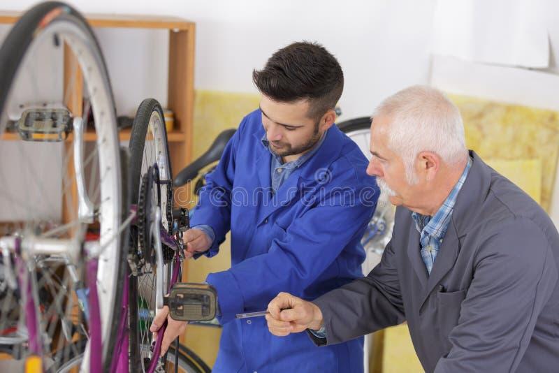 M??czyzna mechanika naprawiania rowerowi bicykle zdjęcie stock