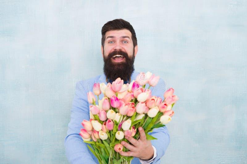 M??czyzna mienia bukiet kwiaty kobieta dzie? Formalny dojrza?y biznesmen Wiosna 8 Marzec panna m?oda fornal przy przyj?ciem wesel zdjęcia royalty free