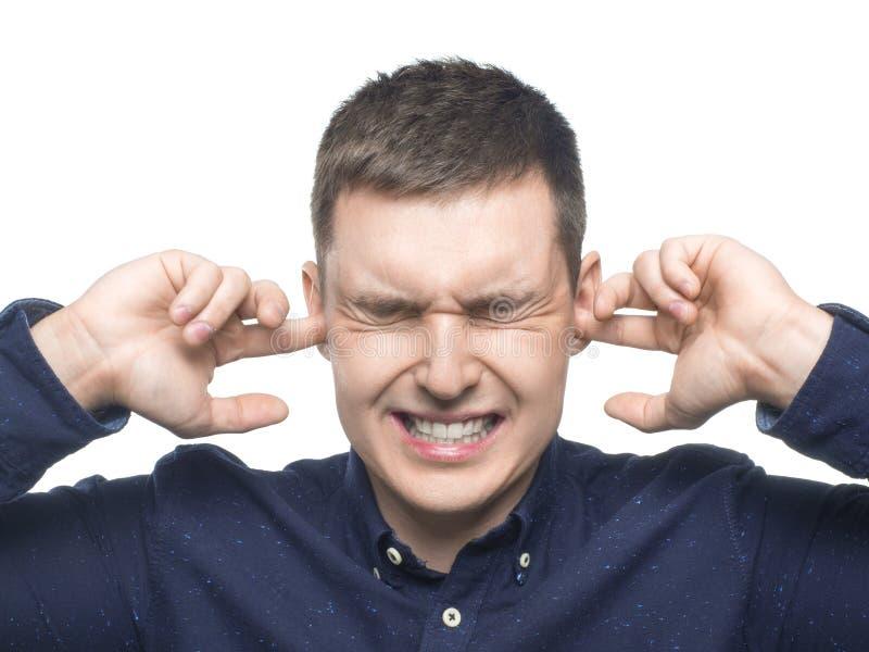 M??czyzna mienia r?ki ucho Portret mężczyzny mienia ręki ucho zakrywa zamykać za hałasie nad białym tłem zdjęcie royalty free