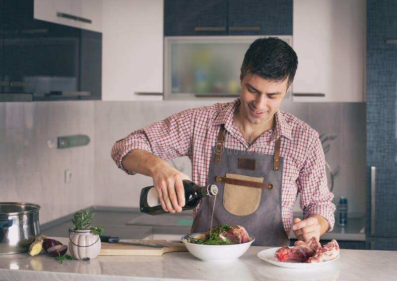 M??czyzna narz?dzania jedzenie W kuchni obraz stock