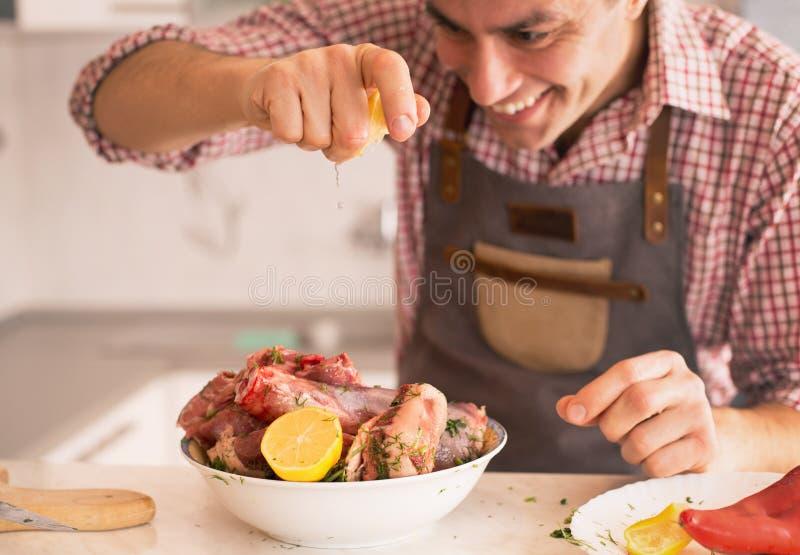 M??czyzna narz?dzania jedzenie W kuchni obrazy royalty free