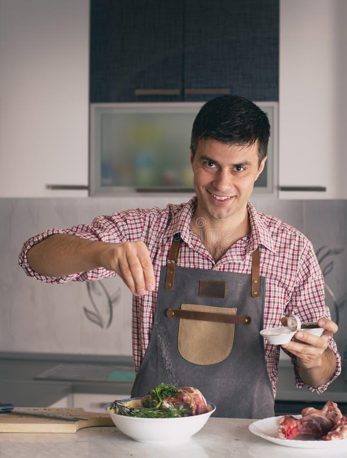M??czyzna narz?dzania jedzenie W kuchni zdjęcie royalty free