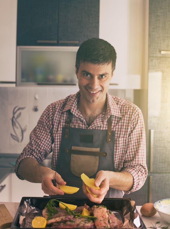 M??czyzna narz?dzania jedzenie W kuchni zdjęcie stock
