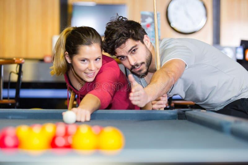 M??czyzna nauczania dziewczyna bawi? si? billiards zdjęcie royalty free