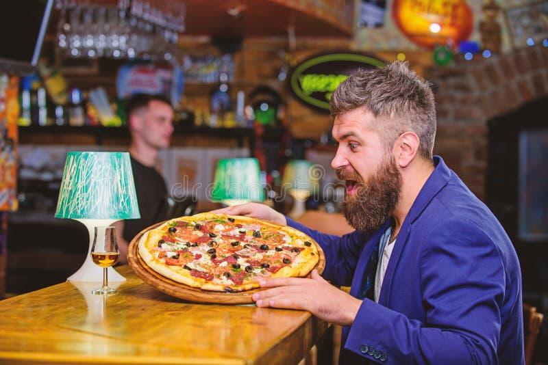 M??czyzna otrzymywaj?ca wy?mienicie pizza Nabranie posi?ku poj?cie Pizzy ulubiony restauracyjny jedzenie ?wie?a gor?ca pizza dla  fotografia royalty free