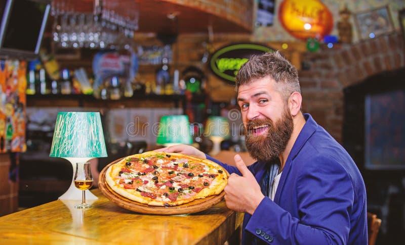 M??czyzna otrzymywaj?ca wy?mienicie pizza smacznego twoje Nabranie posi?ku poj?cie Pizzy ulubiony restauracyjny jedzenie ?wie?a g zdjęcia stock