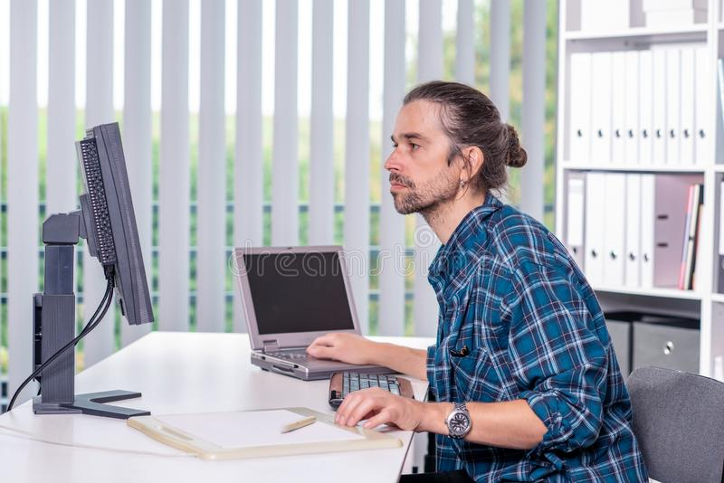 M??czyzna pracuje w jego biurze zdjęcie royalty free