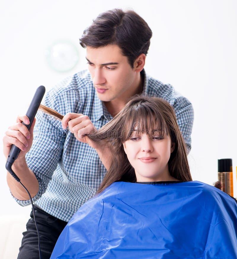 M??czyzna m?ski fryzjer robi ostrzy?eniu dla kobiety fotografia stock
