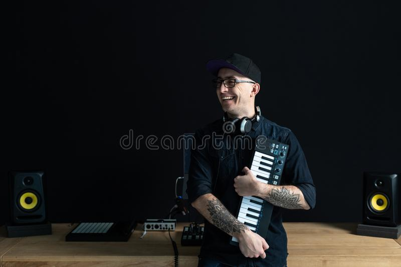 M??czyzna trzyma fortepianow? klawiatur? w jego r?ki obrazy stock