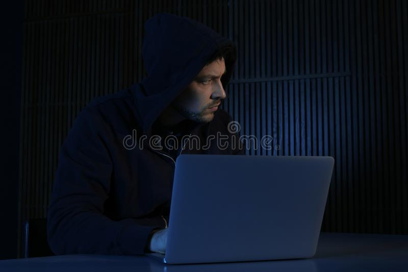 M??czyzna u?ywa laptop w ciemnym pokoju zdjęcie royalty free