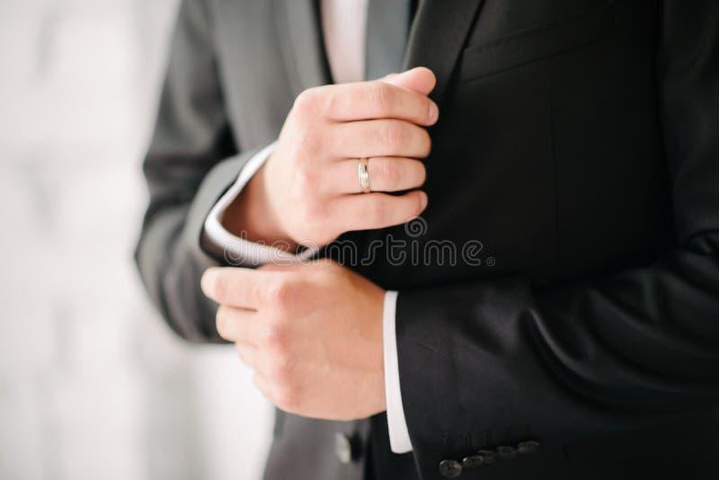 M??czyzna w kostiumu z r?k? przystosowywa r?kaw koszula w g?r? obrazy royalty free