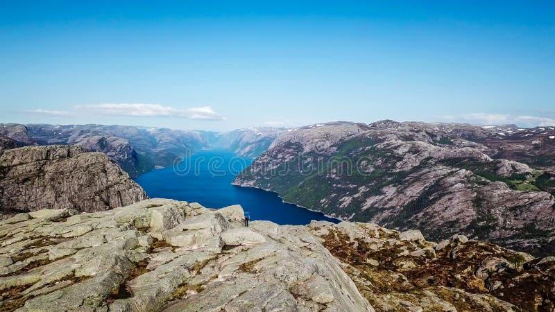 M??czyzna wycieczkuje blisko fjord w Norway Trutnia obrazek zdjęcie royalty free