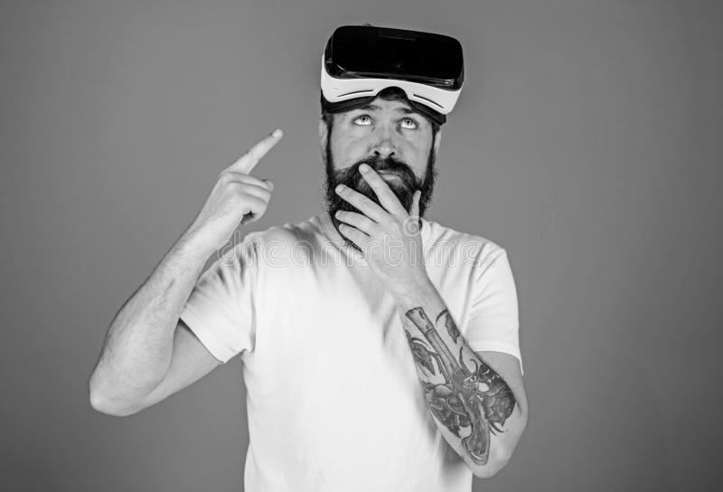 M??czyzna z brod? i w?sy z VR szk?ami, b??kitny t?o Facet z VR g?ow? lub szk?ami wspina? si? pokazu VR technologia zdjęcia royalty free