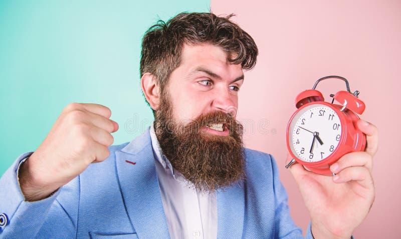 M??czyzny biznesmena chwyta brodaty agresywny zegar Stresu poj?cie Modnisia dzia?ania stresuj?cy rozk?ad Biznesmen braka obraz stock