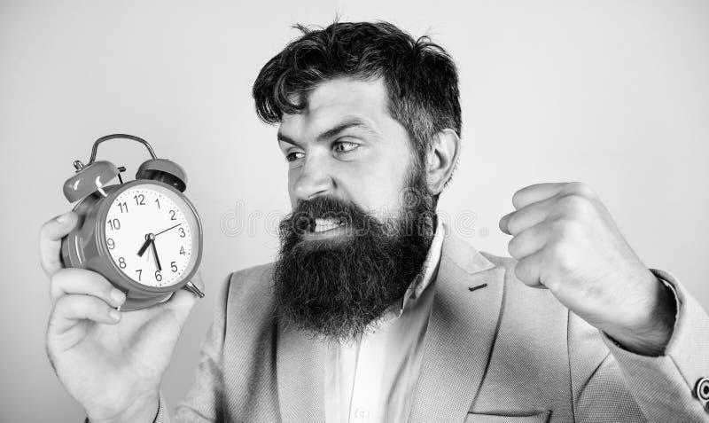 M??czyzny biznesmena chwyta brodaty agresywny zegar Stresu poj?cie Modnisia dzia?ania stresuj?cy rozk?ad Biznesmen braka zdjęcie stock