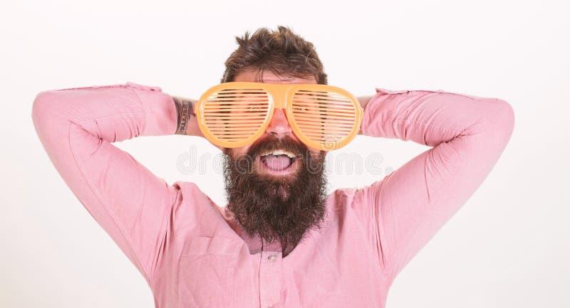 M??czyzny faceta brodatej odzie?y gigantyczni louvered okulary przeciws?oneczni Okulary przeciws?oneczni wakacje atrybut i elegan zdjęcie royalty free
