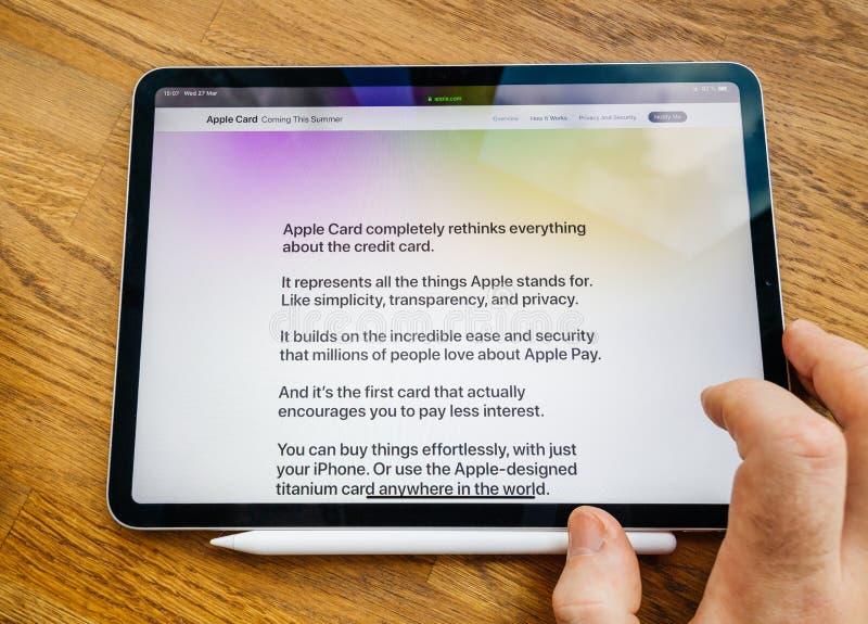 M??czyzny POV ipad Pro pastylka z Apple karty cech? na stronie internetowej zdjęcie royalty free