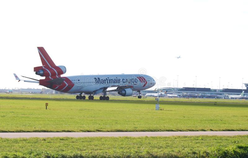 M.D.-11F Martinair-Lading arrivng @AMS royalty-vrije stock foto