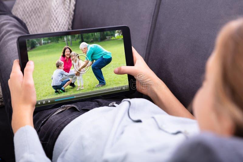 M?dchen-aufpassendes Video auf Digital-Tablet lizenzfreie stockfotos