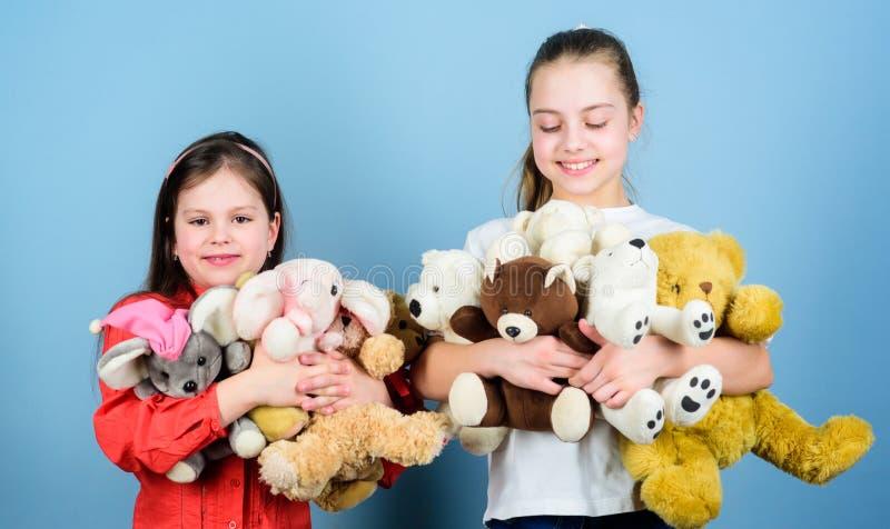 M?dchen m?chten gerade Spa? haben Gl?ckliche Kindheit handmade N?hen und diy Handwerk Toy Shop Der Tag der Kinder Kleine Schweste stockfotografie