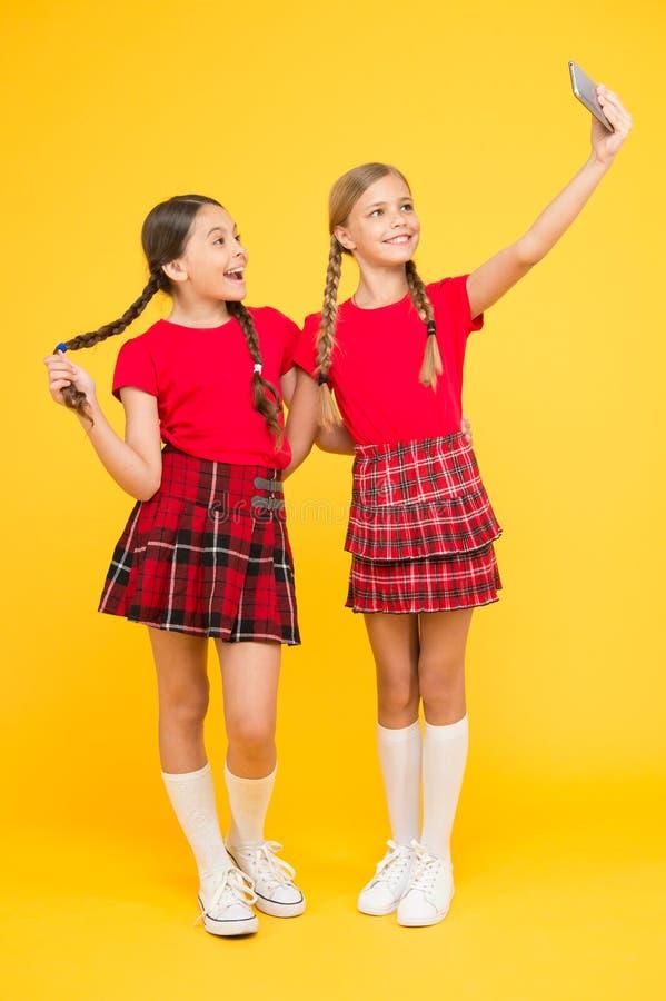 M?dchen m?chten gerade Spa? haben Schulmädchen benutzen Handy Smartphone, der Foto macht Selfie-Foto für soziale Netzwerke stockbild