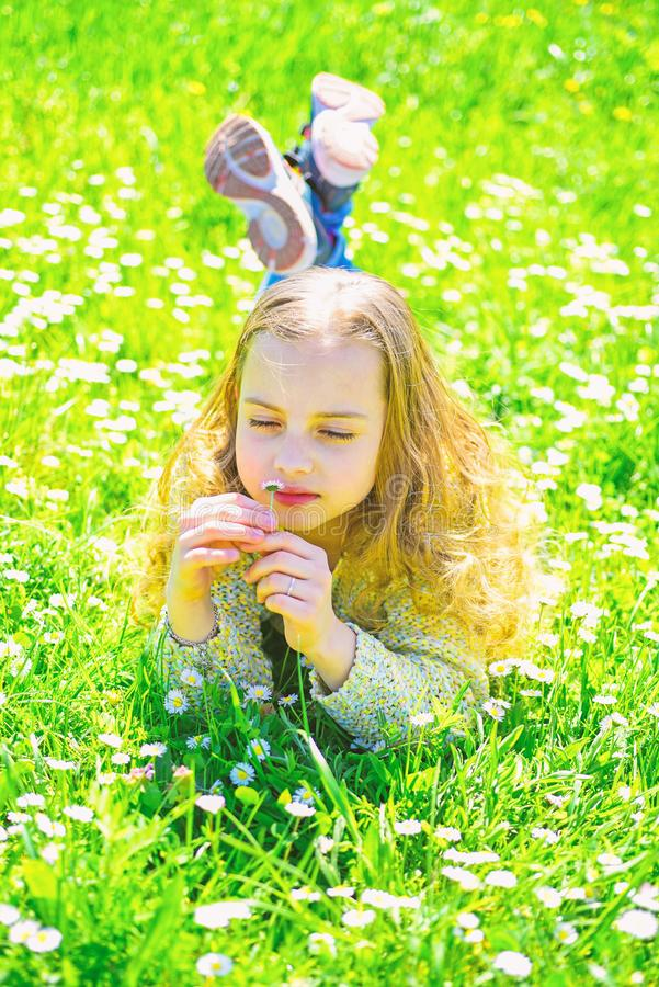 M?dchen, das auf Gras, grassplot auf Hintergrund liegt Empfindlichkeitskonzept Kind genie?en sonniges Wetter des Fr?hlinges beim  lizenzfreie stockfotos