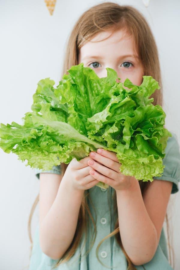 M?dchen, das einen Salat in ihren H?nden h?lt stockfotografie