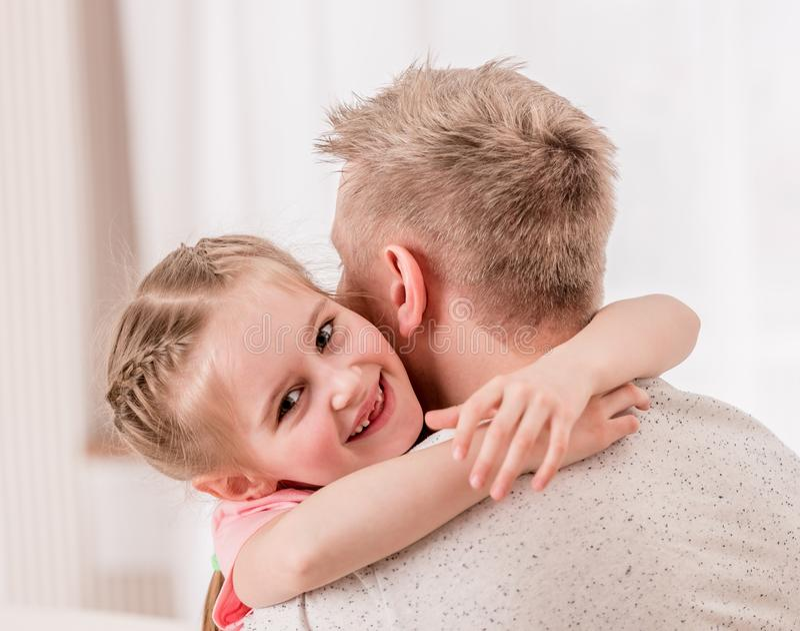 M?dchen, das ihren Vater umarmt lizenzfreies stockbild