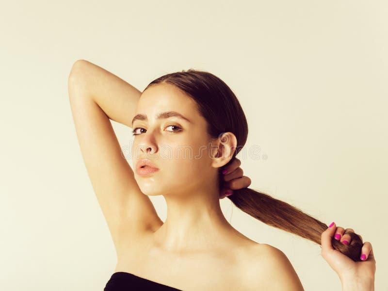 M?dchen, das lang, gesund, Haar in den H?nden h?lt stockfoto