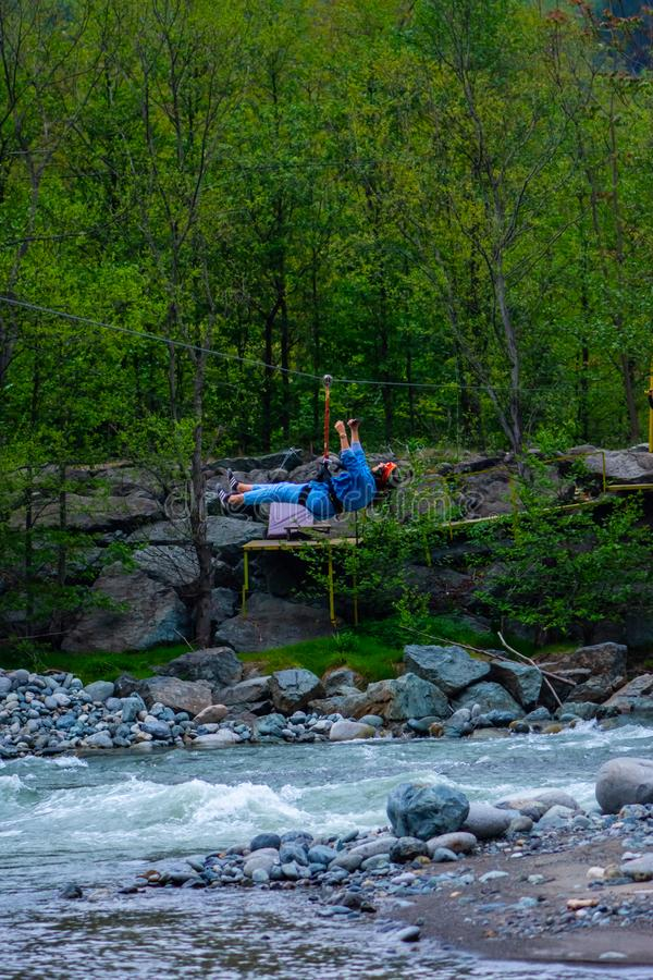 M?dchen, das Ziplinie ?ber dem Fluss Firtina genie?t lizenzfreie stockfotos