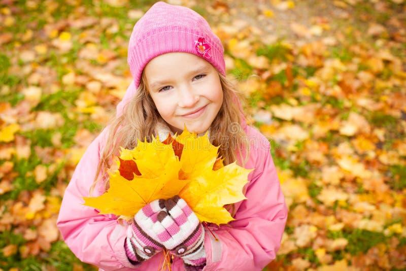 M?dchen am Herbst lizenzfreie stockfotografie
