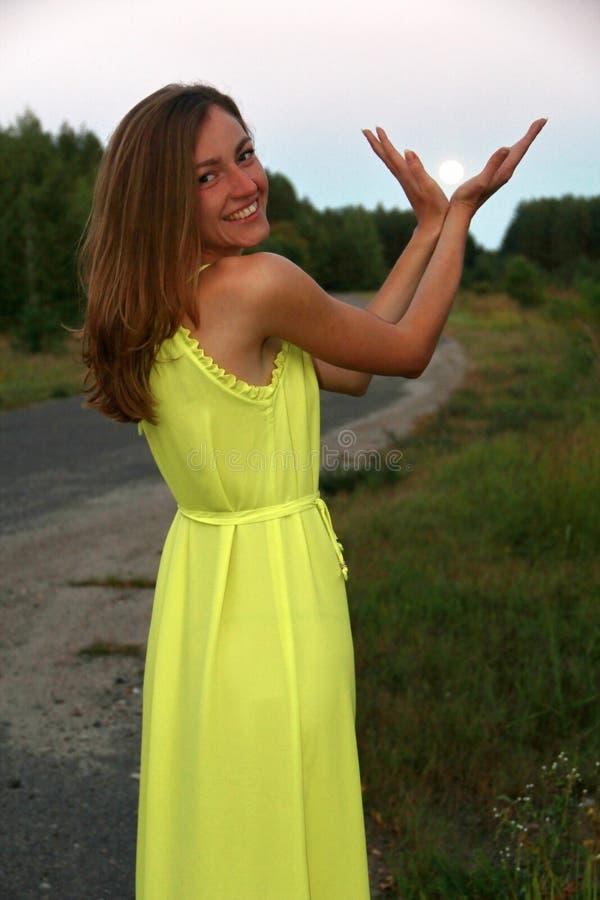 M?dchen im gelben Kleid am Abend lizenzfreie stockbilder