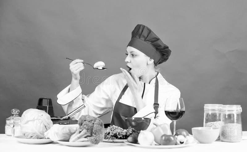 M?dchen am K?chentisch Kochen der Nahrung und der Haushaltung Hausfrauprogramm Kochende Berufsspitzen Frauenchef-Versuchgeschmack stockbilder