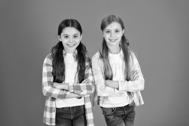 M?dchen lassen normalerweise ihr Haar lang wachsen Gesundes und gl?nzendes Haar Kindernettes Kind mit langer entz?ckender Frisur  lizenzfreie stockfotografie