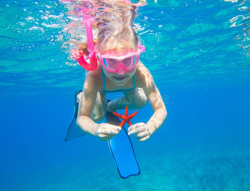M?dchen mit einem Starfish stockfoto