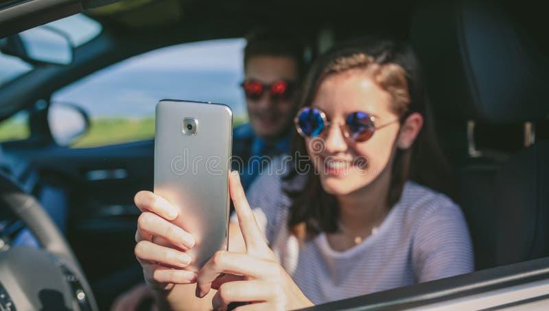M?dchen mit ihrem Freund, der ein selfie nimmt lizenzfreie stockfotografie