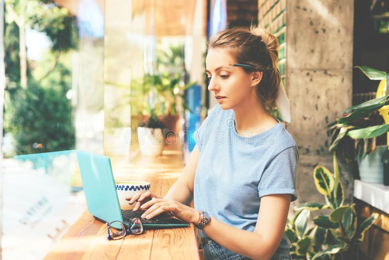 M?dchen mit Laptop im Kaffee lizenzfreie stockbilder