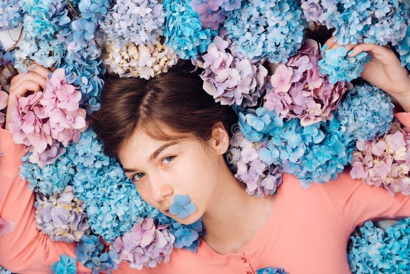 M?dchen mit Sommermake-up Make-up Kosmetik und skincare Fr?hlingsfrau mit Hortensieblumen Fractalbild der Blumen Art und Weise stockbild