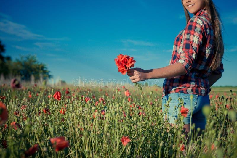 M?dchen in Poppy Field lizenzfreie stockfotos