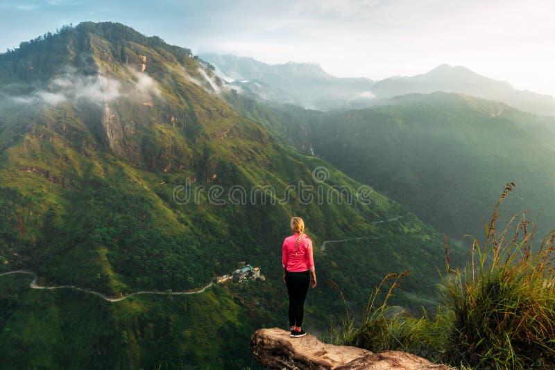 M?dchen trifft Sonnenaufgang in den Bergen M?dchen, das zu Sri Lanka reist Gebirgssport Gl?ckliches Ende des Athleten Die Freude  stockbild