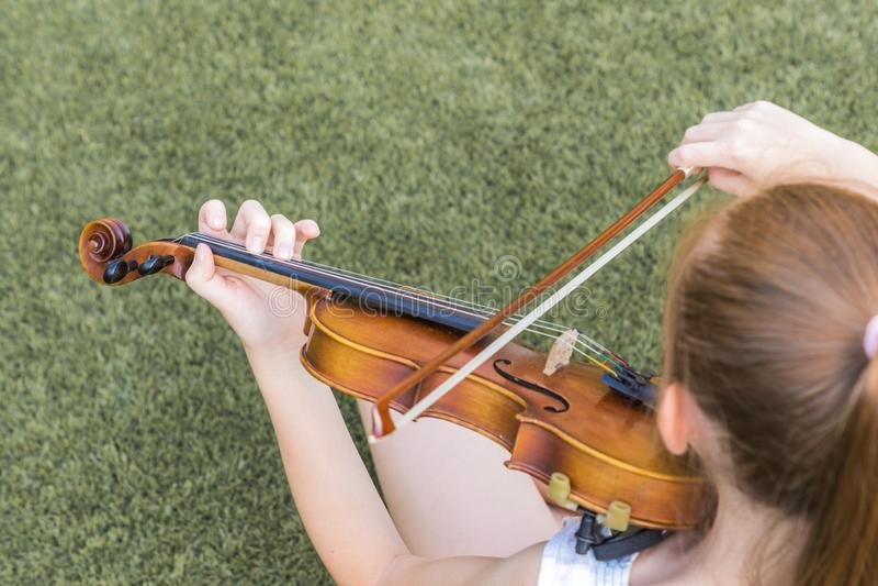 M?dchen, welches die Violine spielt lizenzfreie stockfotos