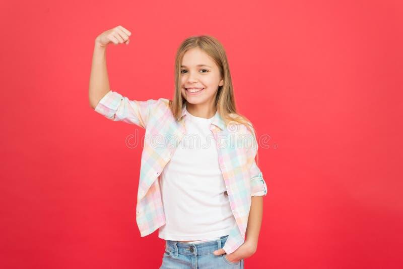 M?dchenenergie Gl?ckliche Kindheit Gesichtsausdruck des Mädchens lächelnder nettes Kinderauf rotem Hintergrund Positives Gef?hlko stockbild