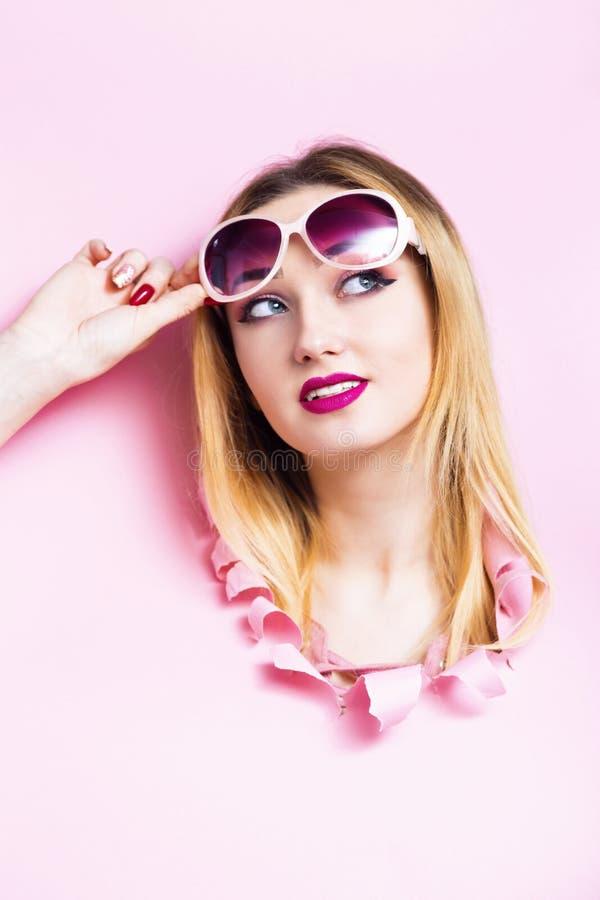 M?dchenkopf im Papploch, junge Frau hob ihre Sonnenbrille an, die Sommerferien plant und an Angebot von hei?en Belegen denkt, stockfotografie