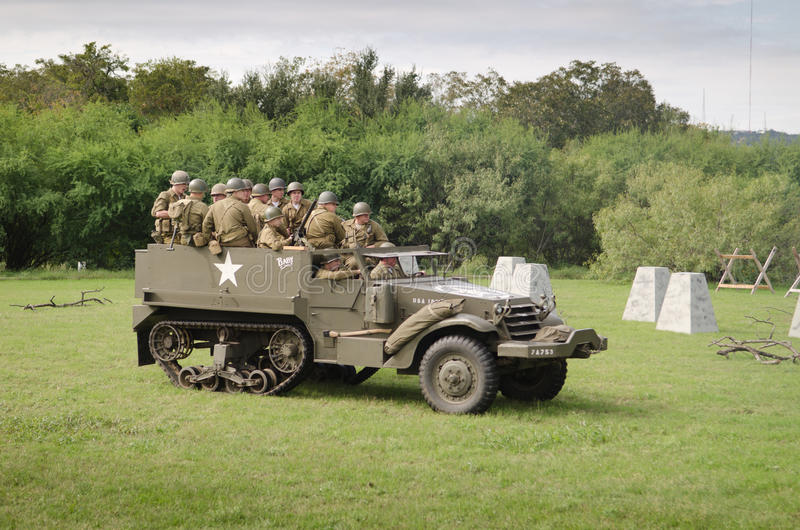 M3 de mitad de pista en la reconstrucción histórica de WWII foto de archivo