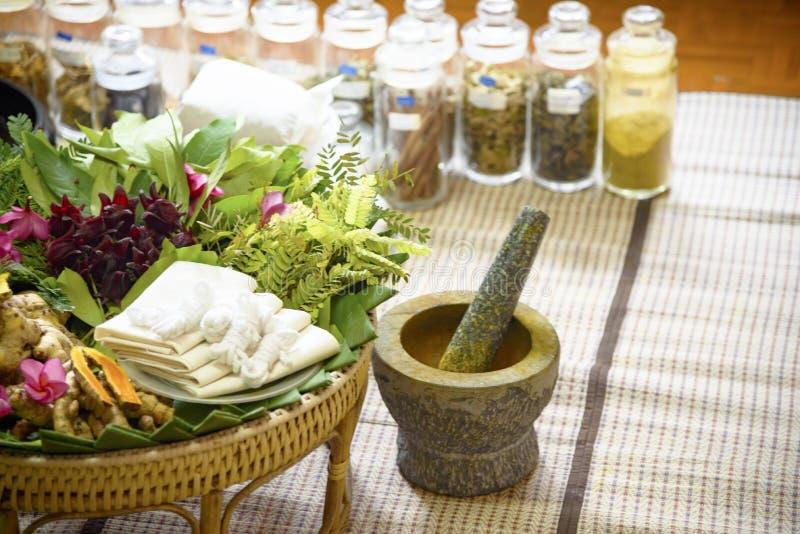 M?decine, herbes et racines d'Ayurvedic d'Indien Massage de fines herbes de sac photo libre de droits