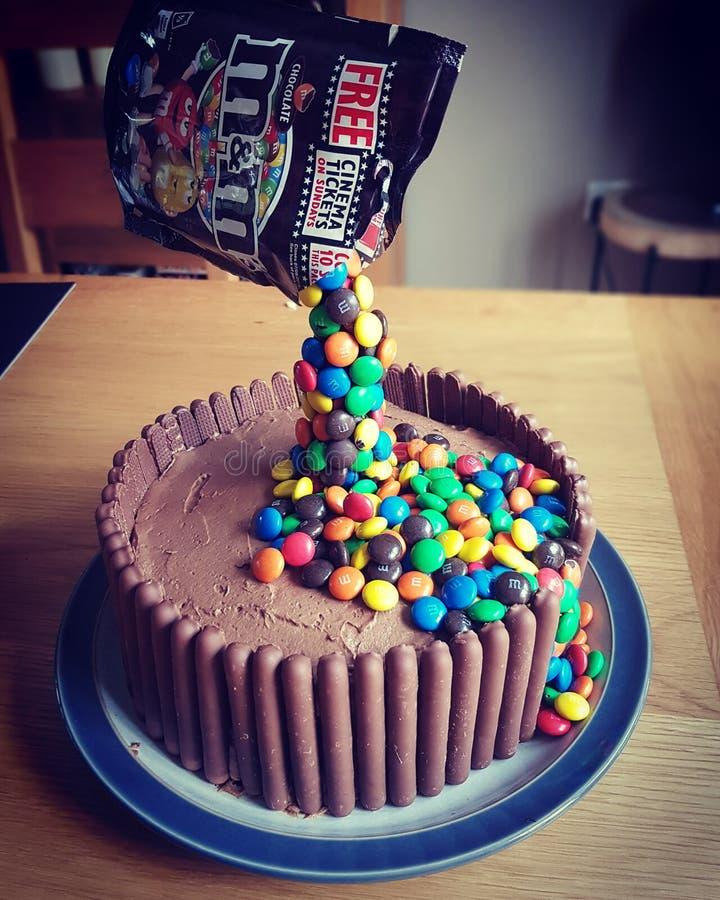 M&M dolewania Czekoladowy tort obrazy stock