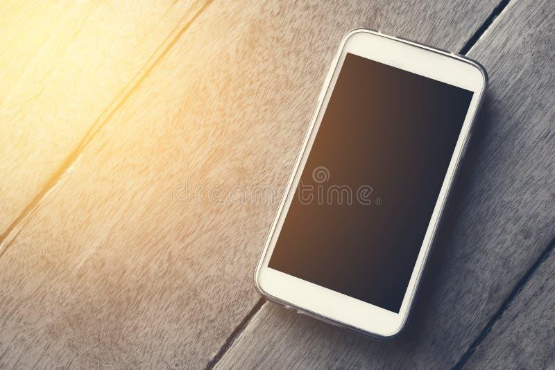 M?drze telefon na drewnianej t?o tapecie zdjęcie stock