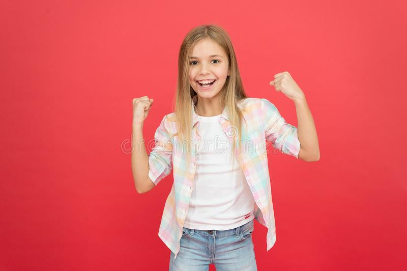 m E 女孩儿童在红色背景的笑容表示 正面情感概念 ?? 库存照片