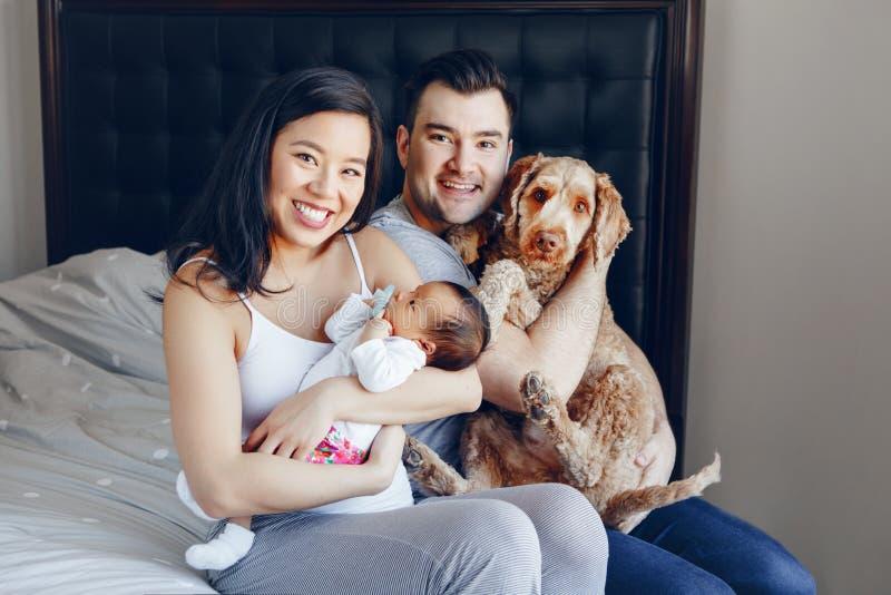 M?e asi?tica chinesa e pai caucasiano com o beb? infantil rec?m-nascido da ra?a misturada fotografia de stock