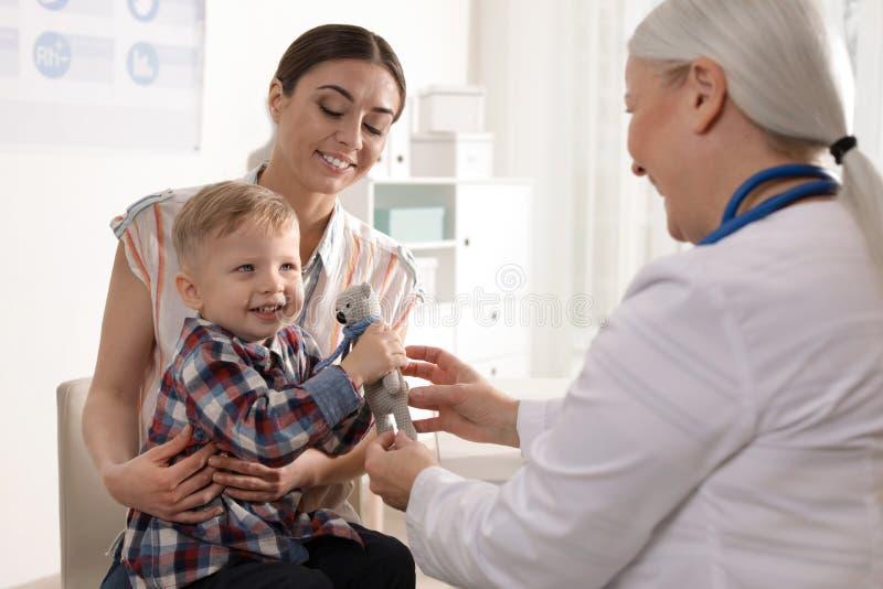M?e com o doutor de visita da crian?a foto de stock
